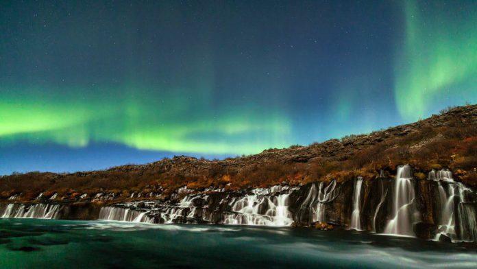 IcelandAurora_Waterfalls_FullHD